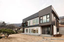 Projekty, nowoczesne Domy zaprojektowane przez 코원하우스