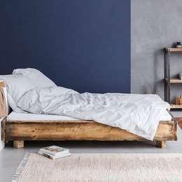 Bauholz Bett Lussan 160x200cm: landhausstil Schlafzimmer von FraaiBerlin GmbH