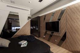 低調奢華_經典大宅:  臥室 by 穆刻室內裝修設計工程有限公司