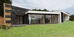 Projekty, nowoczesne Domy zaprojektowane przez Hugo Pereira Arquitetos