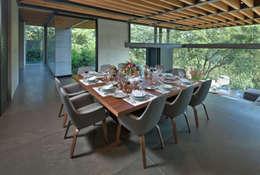 La Casa en el Bosque: Comedores de estilo moderno por grupoarquitectura