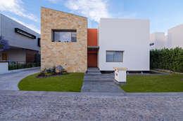 Casas de estilo moderno por espacio   NUEVE CERO UNO