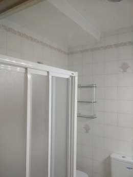 Baños de estilo moderno por eM diseño de interiores