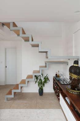 Pasillos y recibidores de estilo  por Antonio Armando Arquitetura & Design