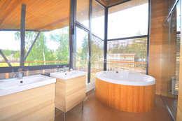 Дом из натуральных материалов в стиле хай-тек: Ванные комнаты в . Автор – New Moscow House