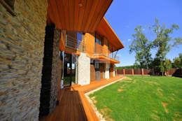 Дом из натуральных материалов в стиле хай-тек: Tерраса в . Автор – New Moscow House