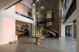 Corredores e halls de entrada  por Karel Keuler Architects