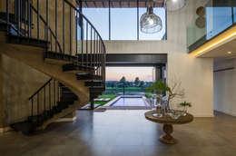 Pasillos y vestíbulos de estilo  por Karel Keuler Architects