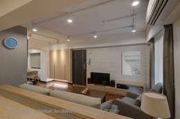 入口玄關與客廳電視牆:  客廳 by Hi+Design/Interior.Architecture. 寰邑空間設計
