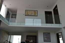 Vista doble altura: Pasillos y recibidores de estilo  por ANTARA DISEÑO Y CONSTRUCCIÓN SA DE CV