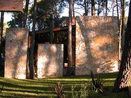 CASA EN EL BOSQUE: Casas de estilo minimalista por LLACAY arquitectos