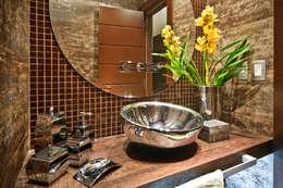 BANHEIRO DE CASAL: Banheiros rústicos por arquiteta aclaene de mello