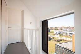 moderner Flur, Diele & Treppenhaus von 8A Architecten