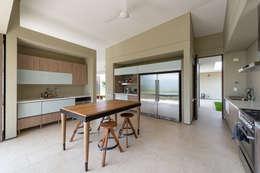 tropical Kitchen by toroposada arquitectos sas