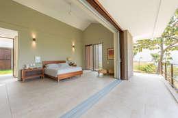 tropical Bedroom by toroposada arquitectos sas