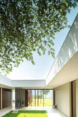 Casa La Siria: Jardines de estilo moderno por toroposada arquitectos sas