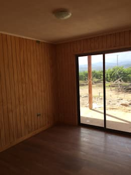 """PROYECTO """"OLIVARES-TUCHNER"""": Dormitorios de estilo rústico por CONSTRUCTORA RIO MAYER SPA"""