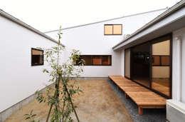 アウトドアが日常になる中庭を囲む家: 加藤淳一級建築士事務所が手掛けたベランダです。