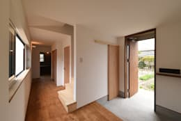 アウトドアが日常になる中庭を囲む家: 加藤淳一級建築士事務所が手掛けた玄関・廊下・階段です。