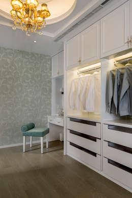 Vestidores y closets de estilo moderno por 齊家。空間設計