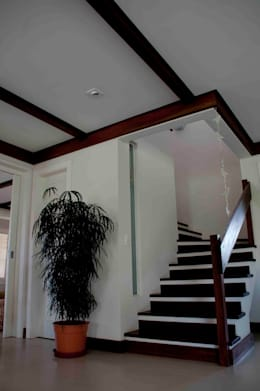 Casa Litoral: Corredores e halls de entrada  por CABRAL Arquitetos