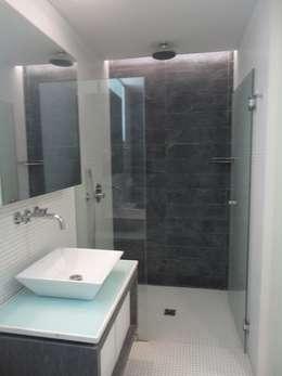 Baño Hab. de huespedes: Baños de estilo minimalista por MARATEA Estudio