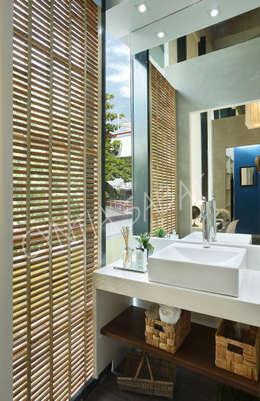 Banheiro:   por Cyntia Sabat Arquitetura e Interiores
