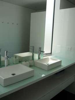 Casa Infanti: Baños de estilo minimalista por Claudia Tidy Arquitectura