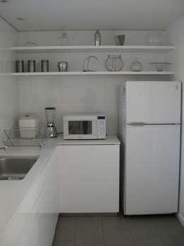 Casa Infanti: Cocinas de estilo minimalista por Claudia Tidy Arquitectura