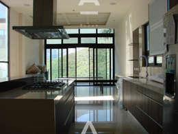 Las Lajas: Cocinas de estilo moderno por Álzar