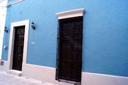 Fachada: Casas de estilo ecléctico por Quinto Distrito Arquitectura