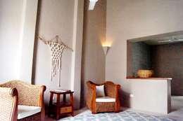 Casa del Aljibe: Salas de estilo ecléctico por Quinto Distrito Arquitectura