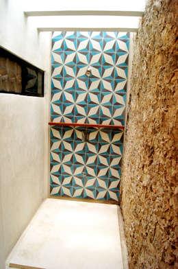 Regadera de recámara principal: Baños de estilo  por Quinto Distrito Arquitectura