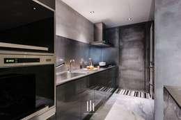 台北西湖-住宅案:  廚房 by 山巷室內設計