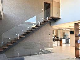 Escada de acesso aos dormitórios: Corredores, halls e escadas modernos por ILHA ARQUITETURA