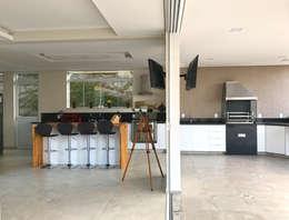 Cozinha e varanda gourmet: Cozinhas modernas por ILHA ARQUITETURA