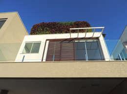 Terraço da suíte: Casas modernas por ILHA ARQUITETURA