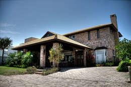 Casa Litoral: Salas multimídia modernas por CABRAL Arquitetos