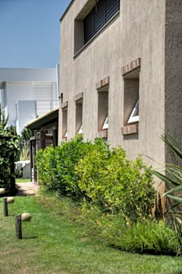 Casa Litoral: Casas tropicais por CABRAL Arquitetos