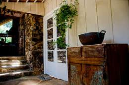 Pasillos y recibidores de estilo  por CABRAL Arquitetos