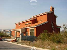 Sierra Alta: Casas de estilo rústico por Álzar