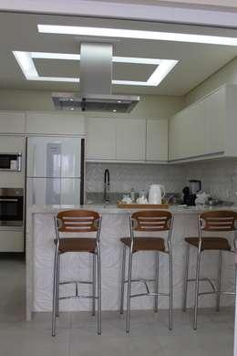 Cozinha branca: Cozinhas modernas por Arquiteta Bianca Monteiro