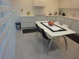Cocinas de estilo minimalista por UrbQuality Lda