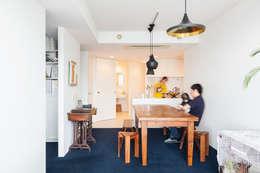 リビングに面したカウンターキッチン: 株式会社ブルースタジオが手掛けたリビングです。
