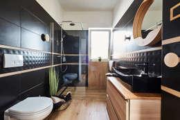 Czarna łazienka na pietrze: styl , w kategorii Łazienka zaprojektowany przez Mhomestudio