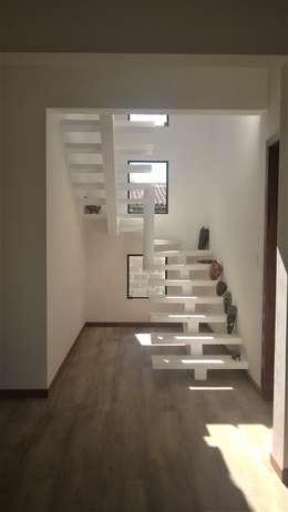 Pasillos y vestíbulos de estilo  por CASA+ Arquitetura