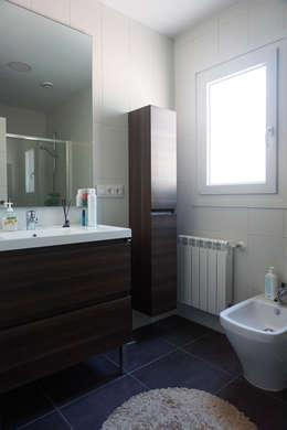 Baño en casa prefabricada Cube 75: Baños de estilo moderno de Casas Cube