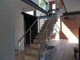 Casa Country: Pasillos y recibidores de estilo  por Grupo PZ