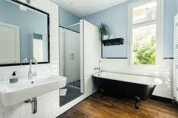 Banheiros ecléticos por MadaM Architecture