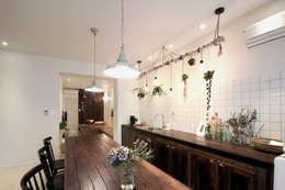 전주인테리어 디자인투플라이 - 킨포크 스타일의 전주한옥마을 안녕제제 게스트하우스: 디자인투플라이의  주방